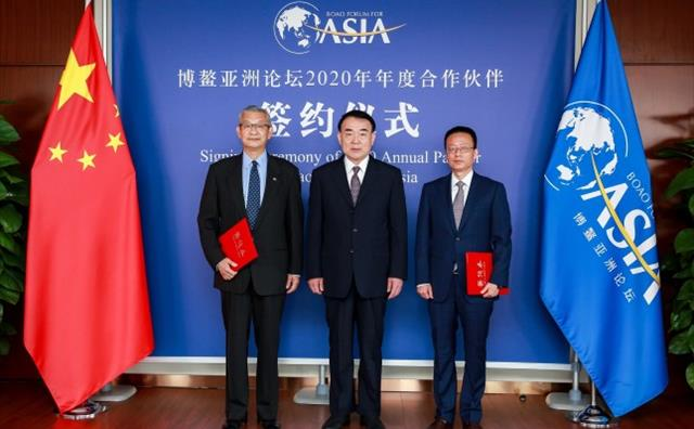 Li Baodong, Secretary-General of BFA (Middle) witnessed the signing